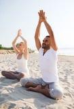 Het glimlachende paar die yoga maken oefent in openlucht uit Royalty-vrije Stock Afbeeldingen