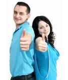 Het glimlachende paar toont duim-omhoog Royalty-vrije Stock Afbeeldingen