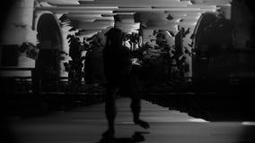 Het glitching, digitaal schepsel loopt terrifyingly naar camera stock illustratie