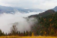 Het globale verwarmen Het landschap van de berg Wolken en mist Stock Afbeelding