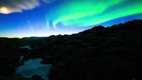 Het gloeien aurora borealis die van helder neon het groene noordelijke lichten zich in diepe blauwe nachthemel bewegen in de over stock video