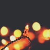 Het gloeien gloeilampenontwerp - de slinger van Kerstmislichten met exemplaar Stock Foto