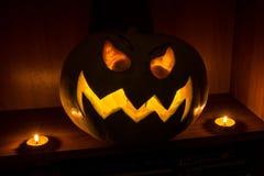 Het gloeien hefboom-O '- lantaarnpompoen in dark voor Halloween stock foto's