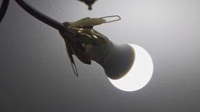 Het gloeien leidde lamp dichtbij het plafond stock video