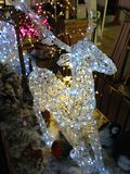 Het gloeien Licht Rendier in een sneeuwkerstmisscène stock fotografie