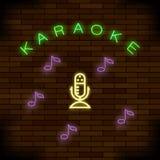 Het gloeien Lichte Karaoke op Baksteenachtergrond Muzikaal Embleem met Microfoon kleurrijk lijnpictogram Tekenraad van Muziekbar royalty-vrije illustratie