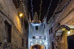 Het gloeien lichten in de avond verfraaiden festively voor Kerstmisstraat in de Oude Stad van Jeruzalem in Israël stock foto