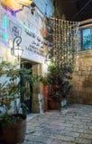 Het gloeien lichten in de avond verfraaiden festively voor Kerstmisstraat in de Oude Stad van Jeruzalem in Israël royalty-vrije stock foto