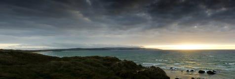 Het gloeien senset over het zand van Gwithian-strand Royalty-vrije Stock Foto's