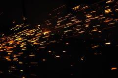 Het gloeien Stroom van Vonken in Dark Stock Fotografie