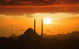 Het gloeien zonsondergang in Istanboel, Turkije royalty-vrije stock afbeeldingen