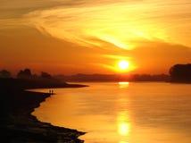 Het gloeien zonsopgang over rivier stock foto's