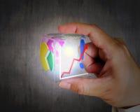 Het gloeiende kleurrijke transparante kubieke glas van de handholding Royalty-vrije Stock Foto