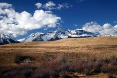 Het gluren bergbovenkanten Stock Fotografie