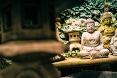 Het gluren in Boedha van achter de wijsheidslantaarn stock afbeelding