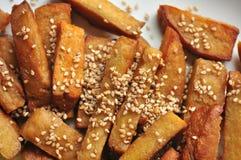 De maaltijd van de veganist met seitan stokken als substituut voor vlees stock fotografie