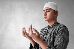 Het godsdienstige Aziatische moslimmens bidden stock foto