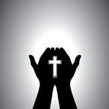 Het godsvruchtige christelijke worshiping met in hand kruis Stock Foto's