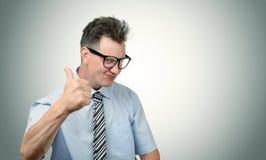 Het is goed! Bedrijfsmens in glazen met omhoog duimen Stock Fotografie