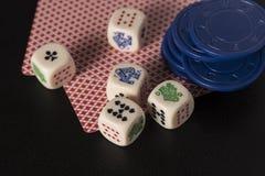 Het gokken dobbelt met de spaanders van kaartenang Stock Foto