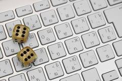 Het gokken dobbelt op het Close-up van het Computertoetsenbord Royalty-vrije Stock Afbeeldingen