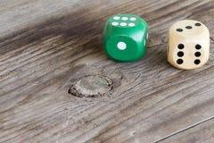 Het gokken dobbelt op houten achtergrond Stock Afbeeldingen
