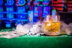 Het gokken, fortuin, spel en vermaakconcept - sluit omhoog van casinospaanders en wiskyglas op lijst royalty-vrije stock foto's