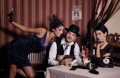 Het gokken maffiatype met sigaret, het spelen pook. stock afbeelding