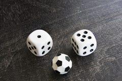 Het gokken met dobbelen en het geld van de voetbalwinst Stock Afbeelding