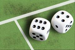 Het gokken met dobbelen en het geld van de voetbalwinst Royalty-vrije Stock Fotografie