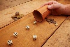 Het gokken met dobbelt voor geld Stock Fotografie