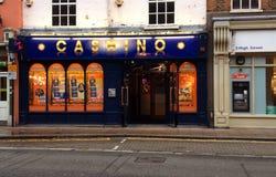 Het gokken van casino in een Stads hoofdstraat Stock Foto