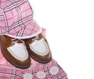 Het golfschoenen van dames en plaidkleding Stock Fotografie