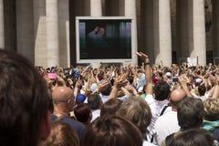 Het golven bij de paus Stock Foto's
