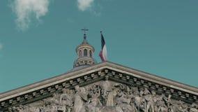 Het golven van de vlag van Frankrijk in hoofdparijs op de vlaggestok van het Pantheongebouw Langzame motie, de dag, tegen stock videobeelden