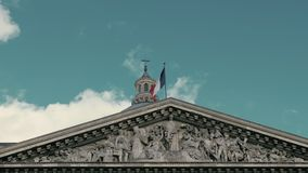 Het golven van de vlag van Frankrijk in hoofdparijs op de vlaggestok van het Pantheongebouw Langzame motie, de dag, tegen stock footage