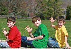 Het Golven van drie Jongens Royalty-vrije Stock Afbeeldingen