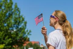het golven van een vlag in viering Stock Afbeeldingen