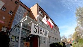 Het golven ZNP, Solidarnosc en Poolse vlaggen bij ingang aan Lage school Nr 2 in Pruszcz Gdanski tijdens de lerarenstaking stock video