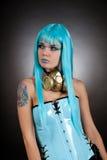 Het gotische meisje van Cyber met gouden gasmasker Stock Foto