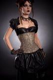 Het gotische meisje in Victoriaanse stijluitrusting en nam korset toe Royalty-vrije Stock Foto