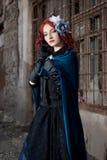 Het gotische redhead vrouw lopen   Stock Afbeeldingen