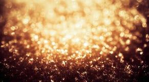 Het goud glanst lichten bevroren sneeuw bokeh stock fotografie