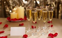 Het goud schittert de ontvangst die van het Huwelijk met champagne plaatsen royalty-vrije stock fotografie
