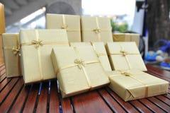 Het goud stelt doos met gouden linten voor Stock Afbeeldingen