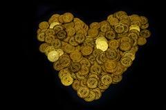 Het goud van het partijenmuntstuk schikte in hartvorm op zwart textuur als achtergrond, Investering en besparingsconcept, Geldsta stock afbeelding