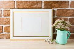 Het goud verfraaide het model zachte roze bloemen van het landschapskader in hoogte Stock Afbeelding