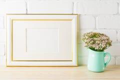 Het goud verfraaide het model zachte roze bloemen van het landschapskader in hoogte Stock Foto