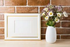 Het goud verfraaide model van het landschapskader met wildflowersboeket i royalty-vrije stock foto's