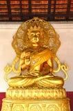 Het gouden beeld van Boedha in kerk van Boeddhistische tempel in Thailand Royalty-vrije Stock Foto